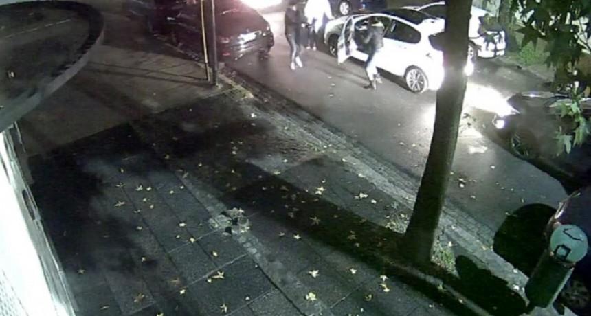 Violento robo de un auto en Villa del Parque: siguieron a la conductora y tiraron al perro