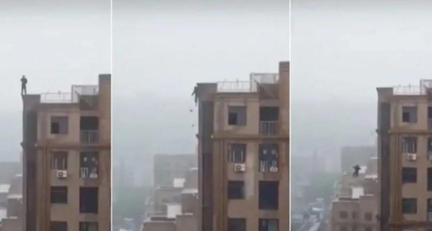 Video escalofriante: se quiso sacar una selfie en la terraza, se resbaló y cayó al vacío