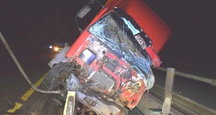 Camionero se durmió al volante y casi cae al agua desde un puente