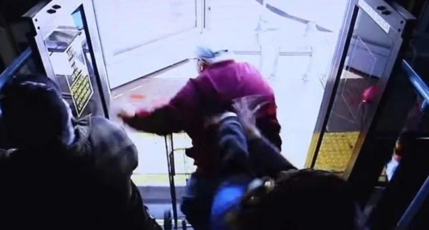 Video desgarrador: mujer empujó de colectivo a anciano con andador y lo mató