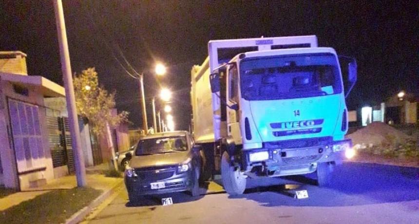San Luis: un camión recolector de basura chocó a un auto que estaba estacionado