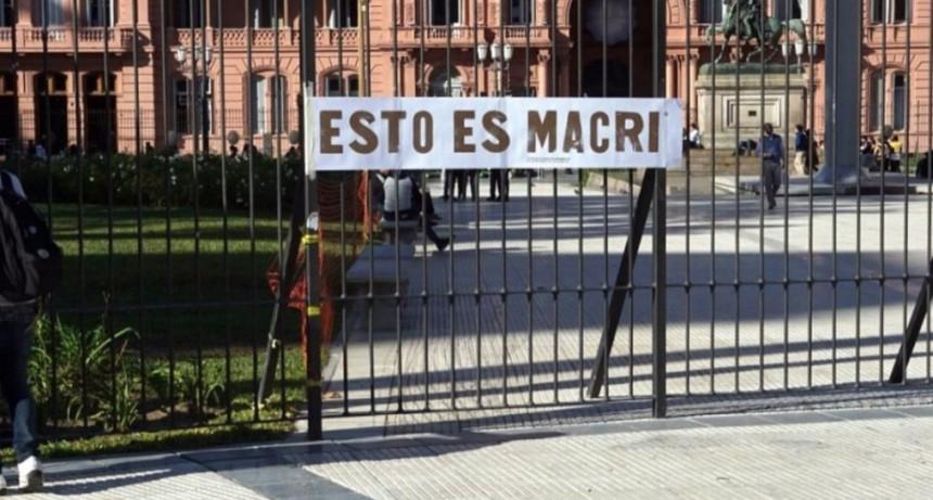 Un artista colgó un cartel en Casa Rosada contra Macri pintado con materia fecal