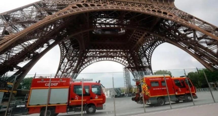 Loco escaló la Torre Eiffel y ordenaron evacuación de emergencia