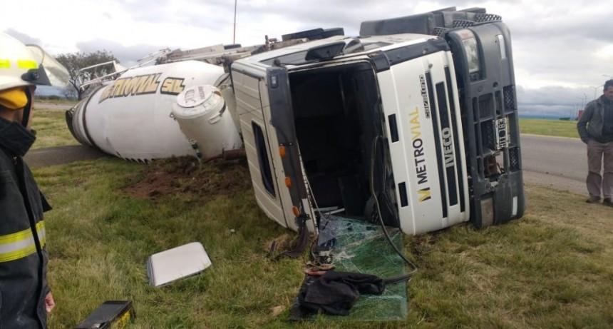 San Luis: un camión volcó en la rotonda de avenida Las Cañadas