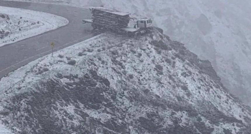 Impactante video: camión al borde del abismo en la Cordillera de los Andes