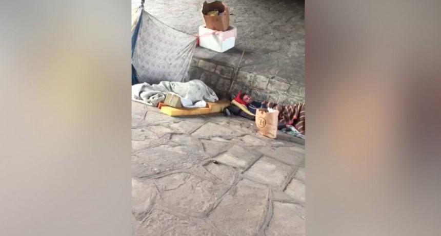 VIDEO: Prendieron fuego a un hombre que dormía bajo la General Paz
