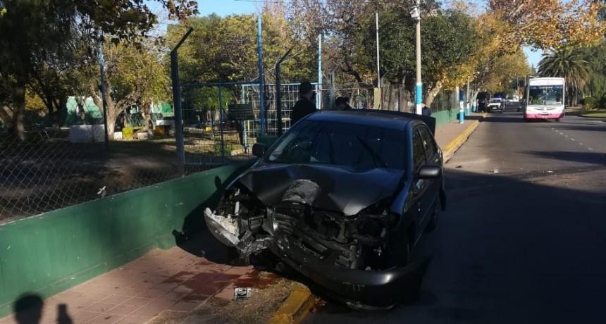 San Luis: un auto chocó contra una columna de la rotonda del Puente Blanco