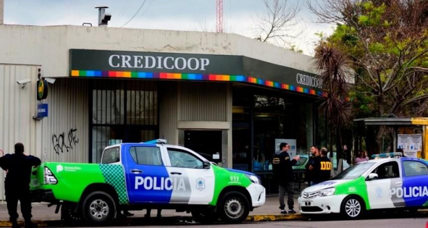 La Plata: cuatro delincuentes asaltaron un banco y se llevaron una suma millonaria