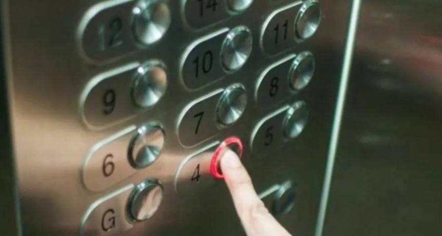 Murió decapitada al enredarse sus auriculares en la puerta del ascensor