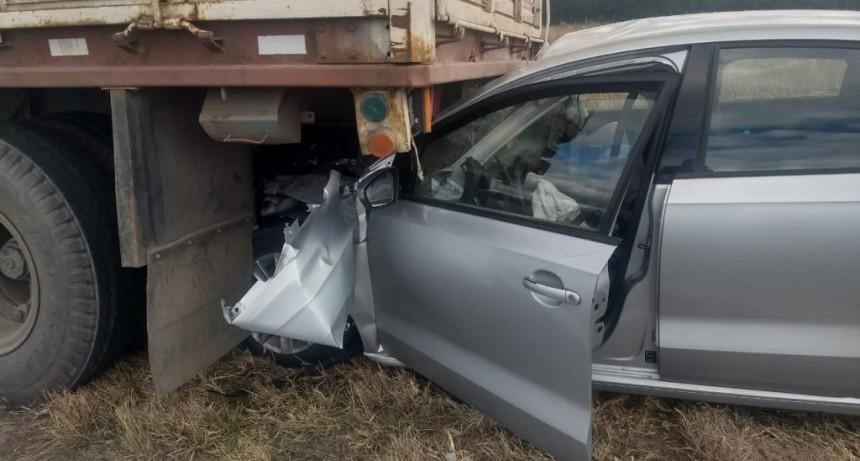 San Luis: un auto quedó incrustado debajo de un camión