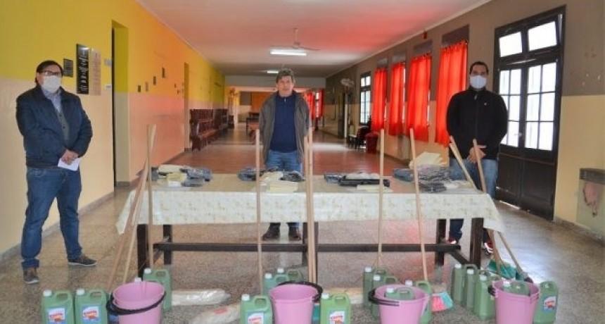 El Ministerio de Educación entregó kits de limpieza en escuelas del departamento Dupuy