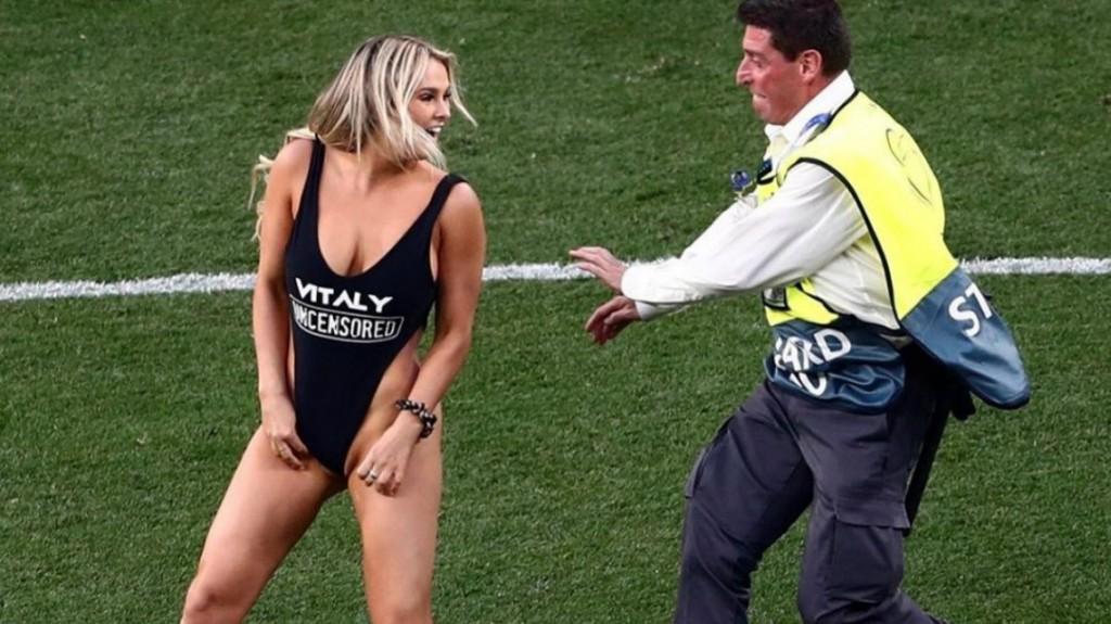 Kinsey Wolanski, la modelo que se metió en la final de la Champions League