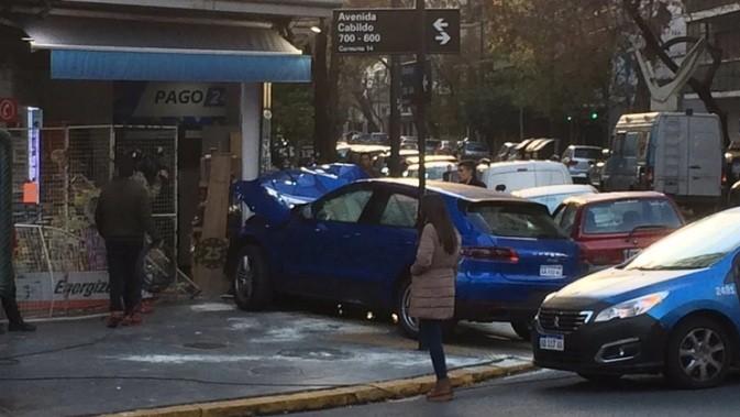 Un joven de 15 años estrelló un vehículo de alta gama contra un kiosco