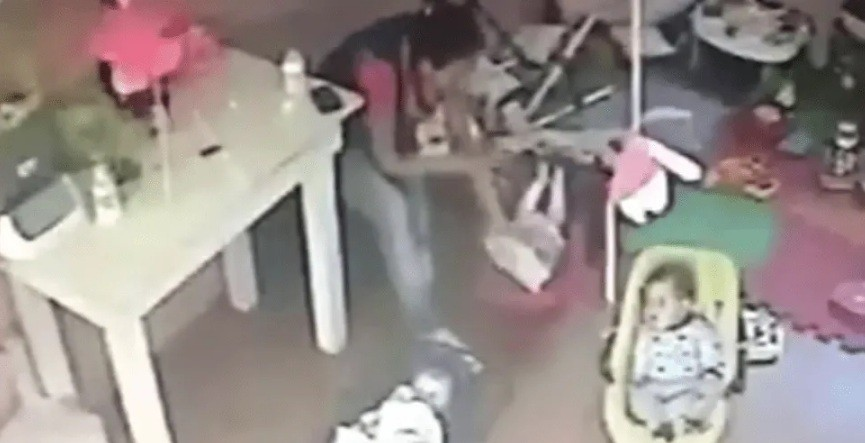 Video espantoso: maestra jardinera maltrata a bebé en guardería platense