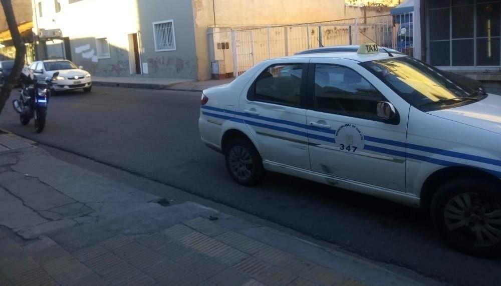 San Luis: un taxi chocó a un policía que circulaba en su moto en el centro de la ciudad