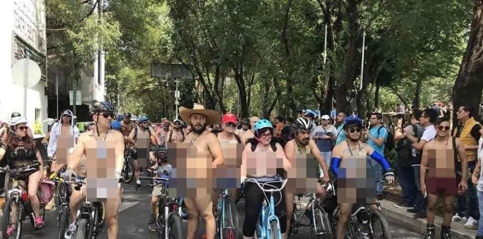 Ciclistas pedalean desnudos para reclamar más seguridad vial
