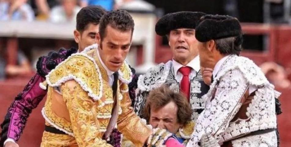 Qué dolor: toro le atravesó la pierna de una cornada a un matador