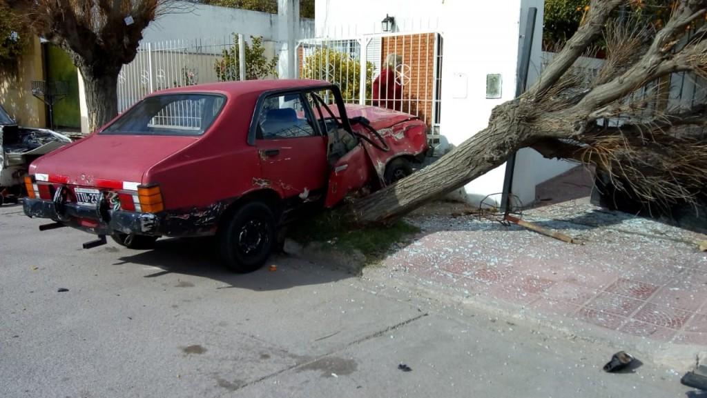 San Luis: perdió el control de su auto, chocó con otro vehículo y terminó impactando con un árbol