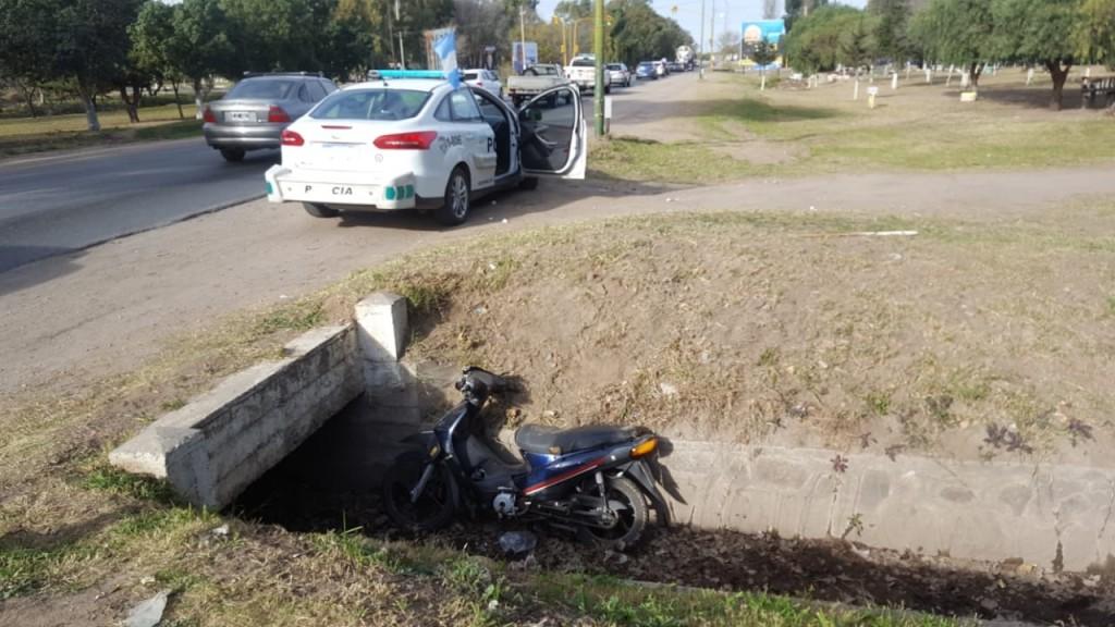San Luis: un motociclista perdió el control de su vehículo y terminó  en un canal de la Ruta 147