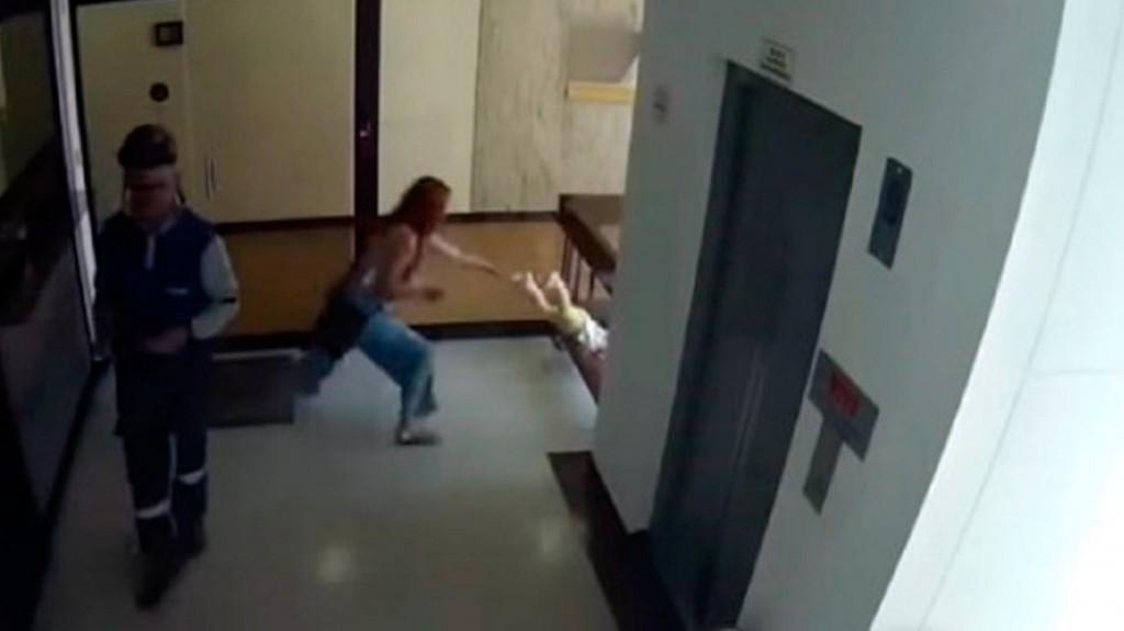 Nene cae al vacío mientras su mamá mandaba audios por Whatsapp