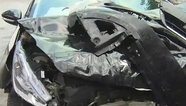Una conductora borracha destrozó cuatro vehículos y escapó caminando