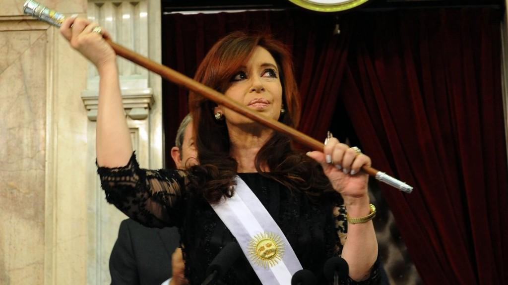 Sobreseyeron a Cristina en la causa del bastón presidencial y ordenaron que se le devuelva