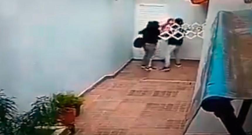 Pareja con un bebé golpeó a ancianas y les desvalijó la casa
