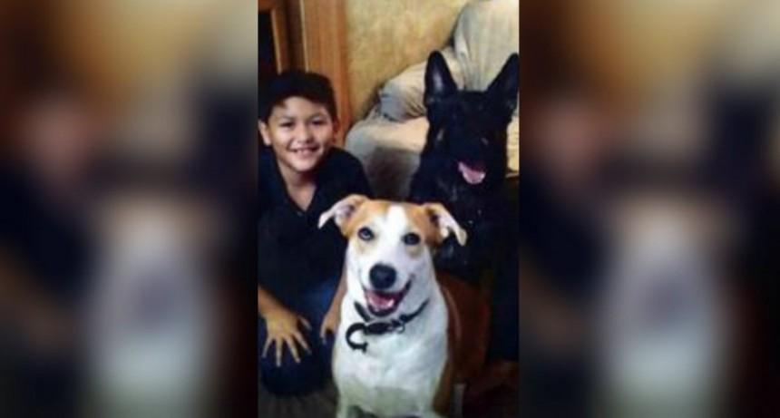 Un hombre mató de hambre y torturó a su hijo de 12 años: lo tenía atado con un collar de perro