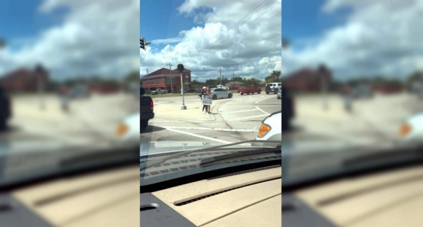 Obligó a su hija a pararse en una autopista con un cartel humillante para darle una lección