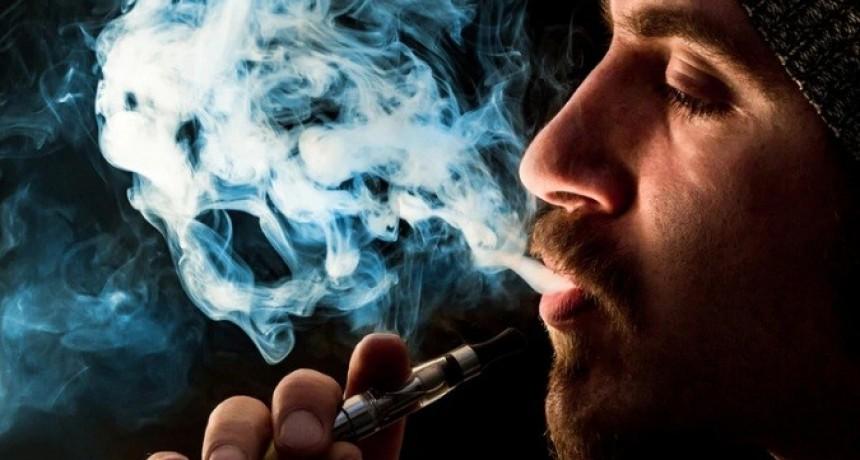 Los cigarrillos electrónicos son tan propensos como los convencionales a provocar tos de fumador
