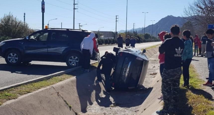San Luis: un auto cayó a un canal en la Avenida del Peregrino