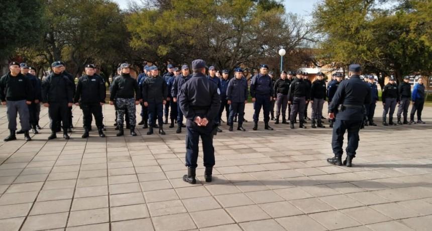 Juana Koslay: policías participaron de un curso de orden cerrado, ceremonial y protocolo