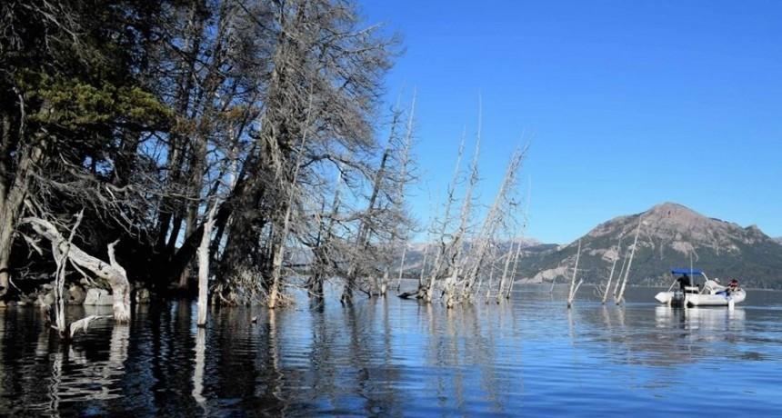 Riesgo de tsunami en un lago argentino: sus aguas se están comiendo a una montaña