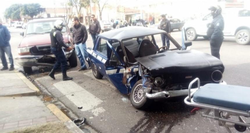San Luis: un auto y una camioneta chocaron en la avenida España