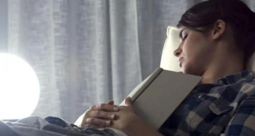 Advierten que las mujeres que duermen con la luz prendida tienen más chances de engordar