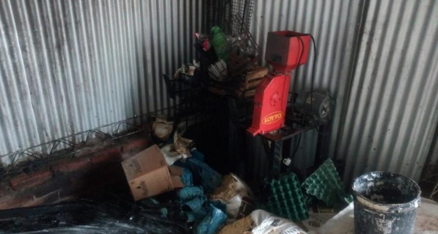 La Toma: bomberos extinguieron un incendio en un galpón