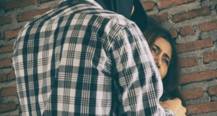 Golpeó a la mujer que lo descubrió violando a una menor y fue detenido