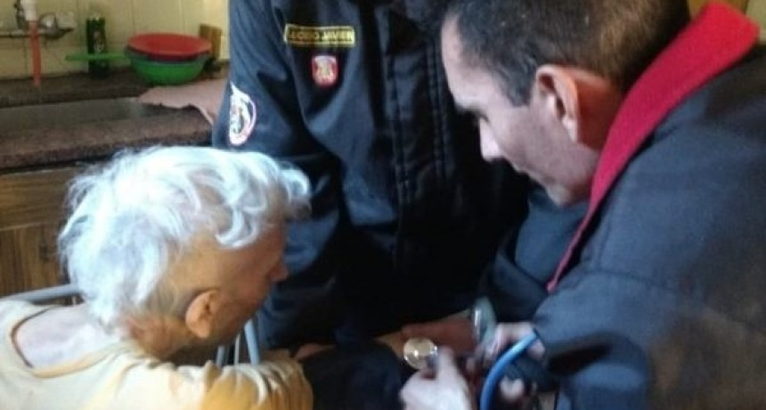 Bomberos de la Policía provincial rescataron a un anciano ciego y les agradeció con un emotivo concierto de piano