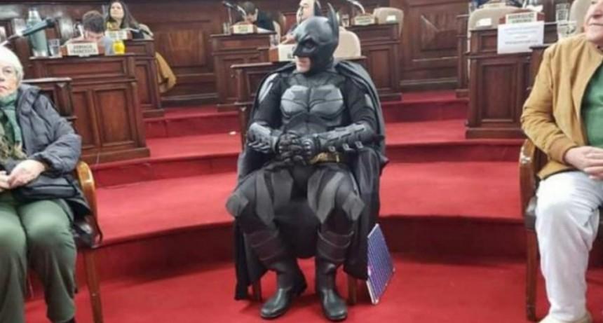 En medio del apagón en La Plata, distinguieron al Batman solidario