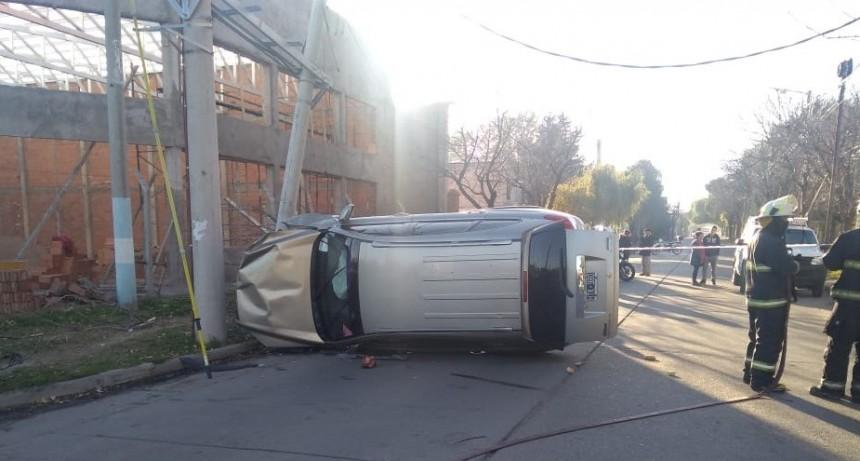 San Luis: un auto chocó contra un poste de luz, volcó y dejo a los vecinos sin energía eléctrica