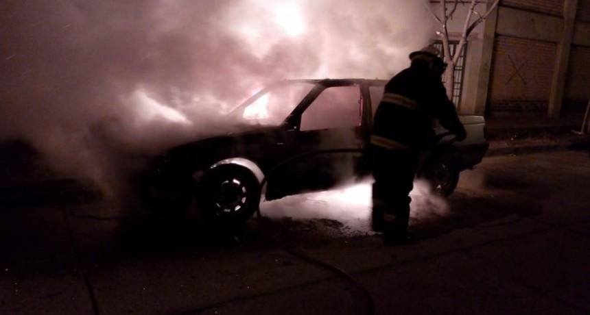 San Luis: un auto que estaba estacionado en la vía publica se prendió fuego