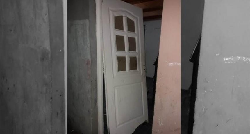 Un hombre tiró abajo una puerta para golpear a su ex novia