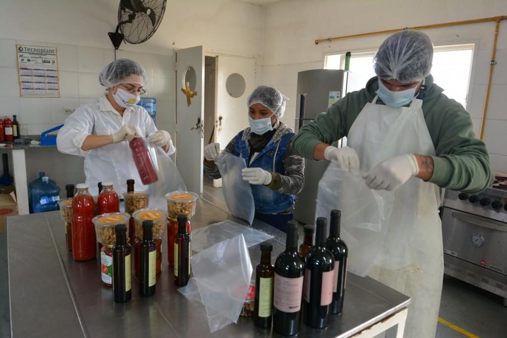 Sol Puntano: cómo trabaja la fábrica donde se arman los combos con productos y conservas