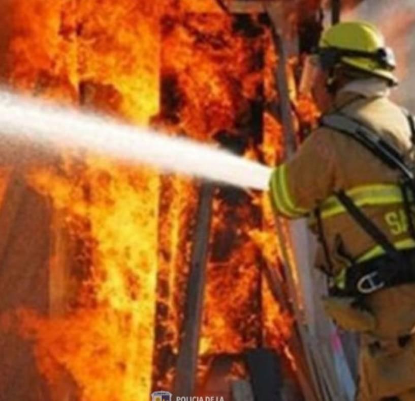 Bomberos de la Policía sofocaron incendios en viviendas