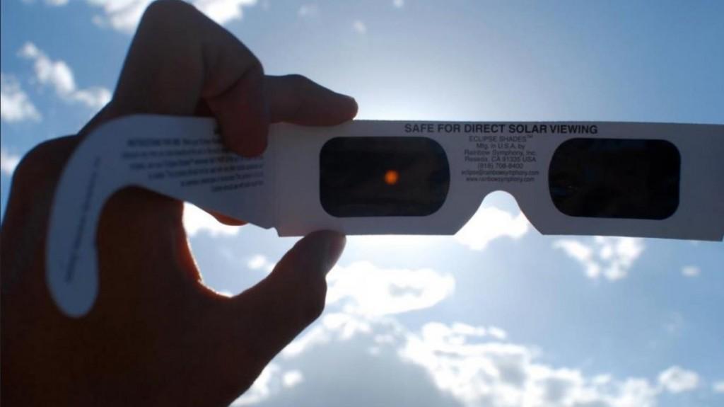 ¿Cómo son y cuánto valen los anteojos especiales para ver el eclipse solar?