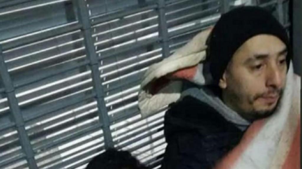 Un hombre está en situación de calle con sus dos hijos y les robaron las frazadas