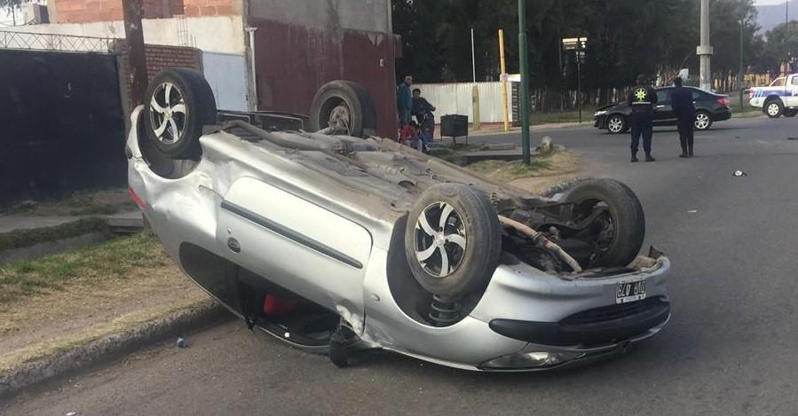 San Luis: un auto volcó en la Avenida Justo Daract