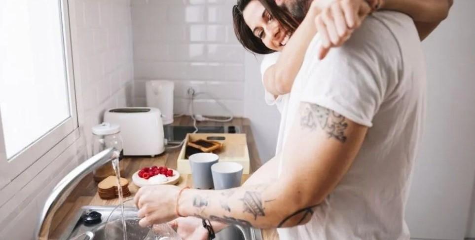 Hombre es recompensado con sexo oral y cerveza por hacer tareas domésticas