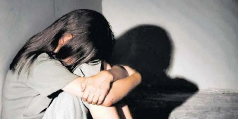 Una joven de siete años era abusada por su vecino y sufrió un aborto