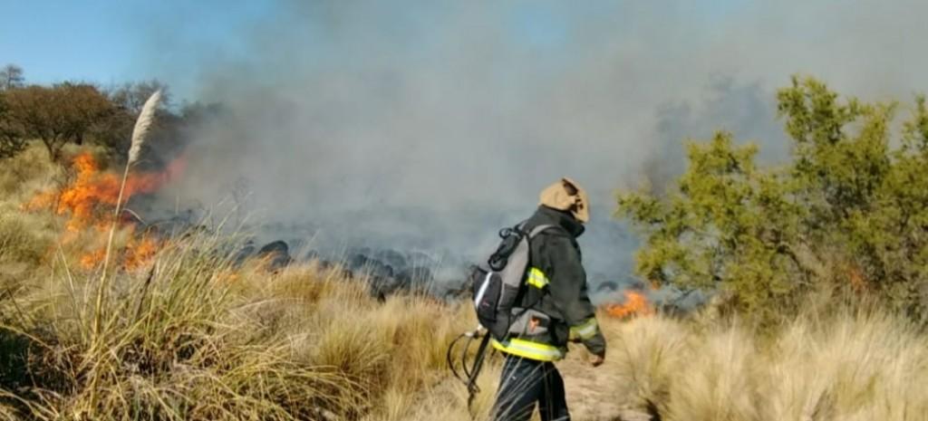 El Morro: Bomberos continúan combatiendo un incendio forestal.